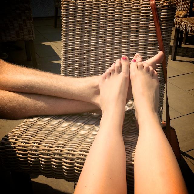 voeten in de zon