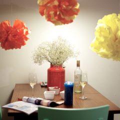oranje en gele pompoms, vloeipapier, zijdepapier