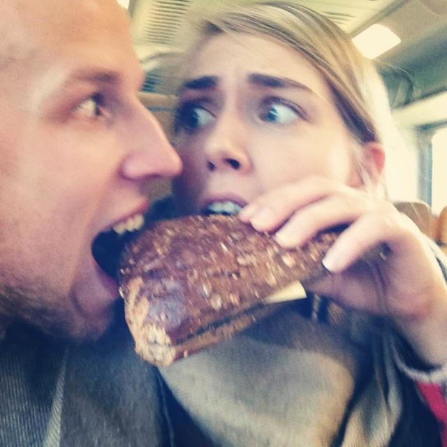 Hans eet Shifra's broodje