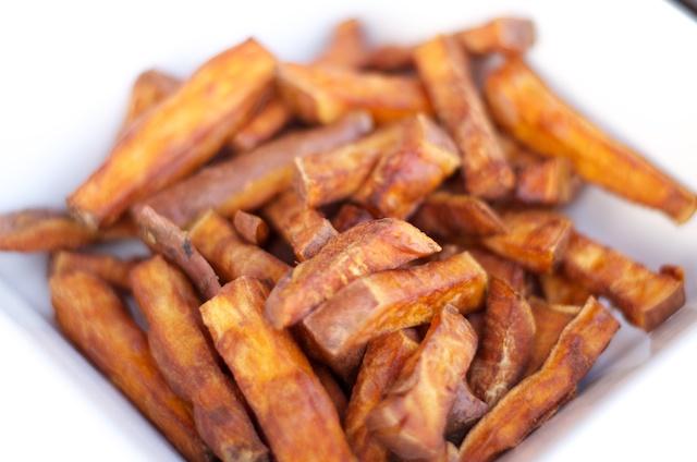 Zoete aardappel frietjes frituren