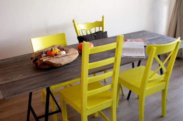 geel geverfde stoelen