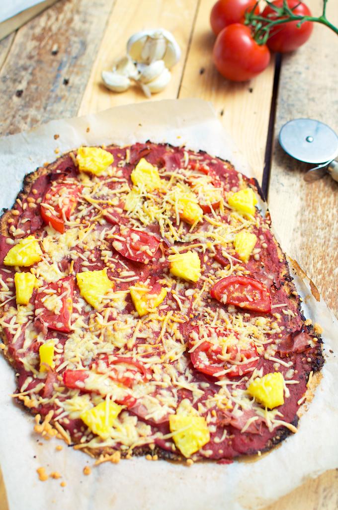 bloemkool pizza, bloemkool pizzabodem, recept bloemkoolpizza, recept bloemkoolbodem, recepten met bloemkool, zelf pizza maken, gezonde pizza,