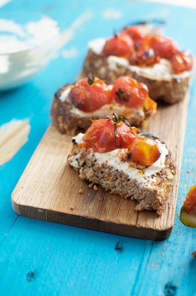 recept bruschetta, brood beleggen met tomaat, hartig brood beleg, Geroosterde cherrytomaten en ricotta toast