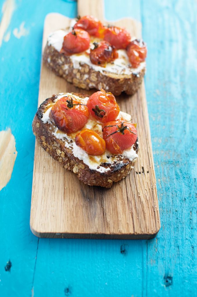 Geroosterde cherry tomaten en ricotta crostini