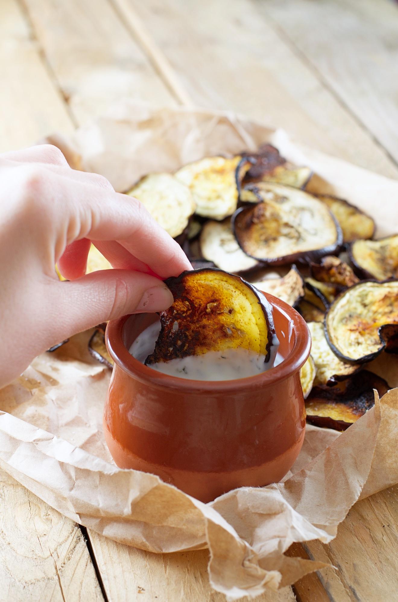 Aubergine chips met yoghurt dip