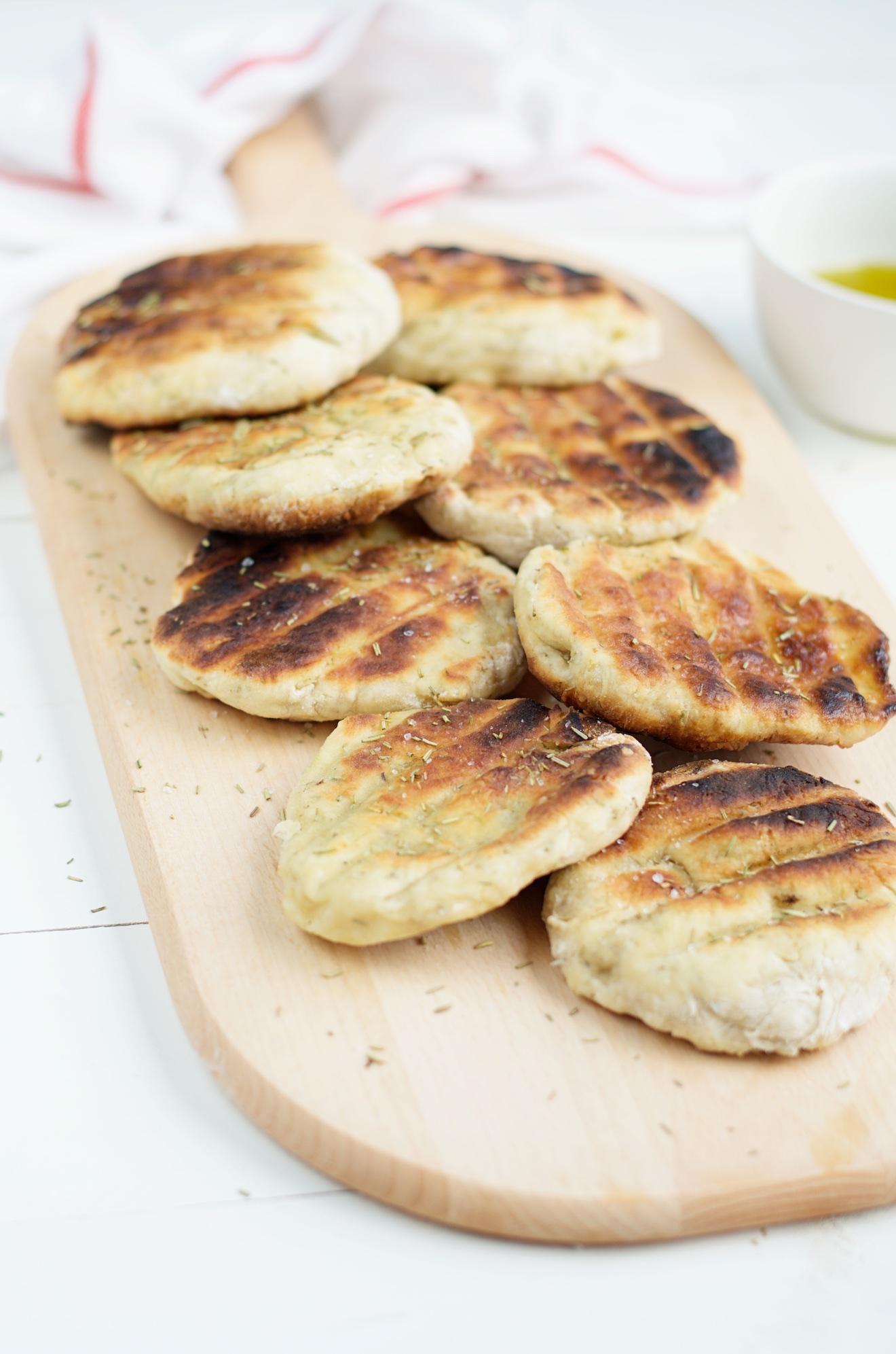 Brood gemaakt met maar twee ingrediënten. Brood gemaakt van yoghurt en zelfrijzend bakmeel
