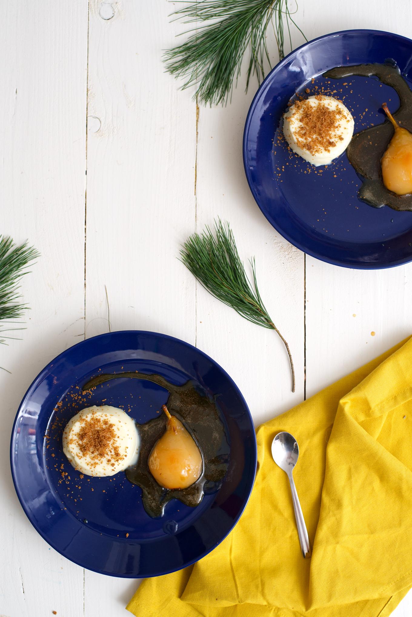 Kerst nagerecht: Witte chocolade panna cotta met stoofpeertjes in witte wijn