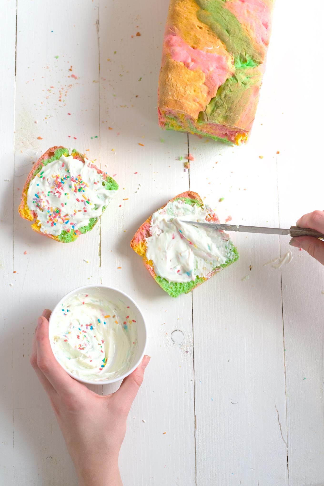 regenboog brood, brood met kleurstof