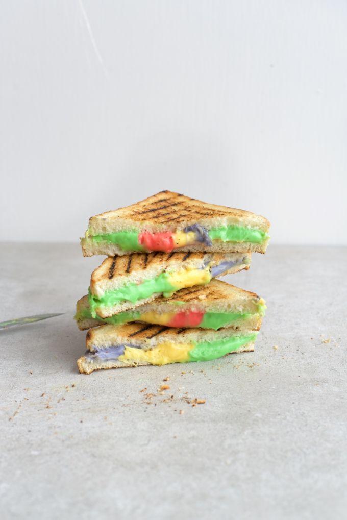 Gekleurde boterhammen in een regenboogtosti