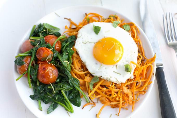 Zoete aardappel noodles met spinazie en tomaat