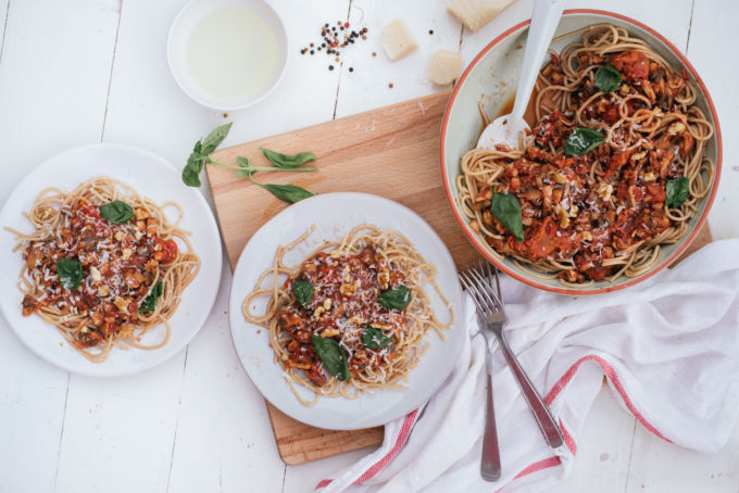 Gezonde vegan pasta met walnoten en champignons