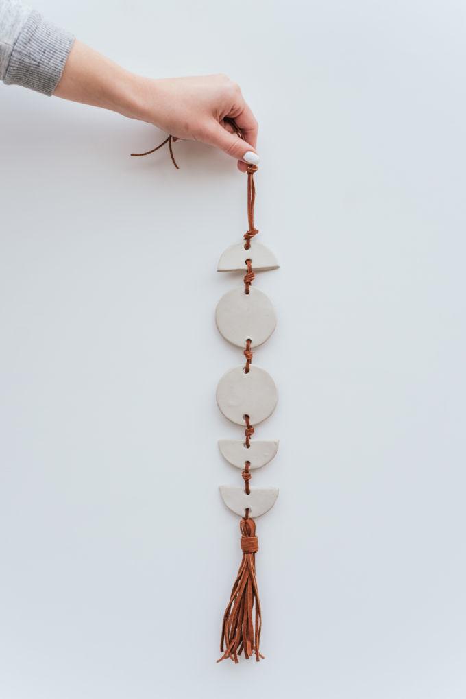 DIY kleihanger van klei en suede touw