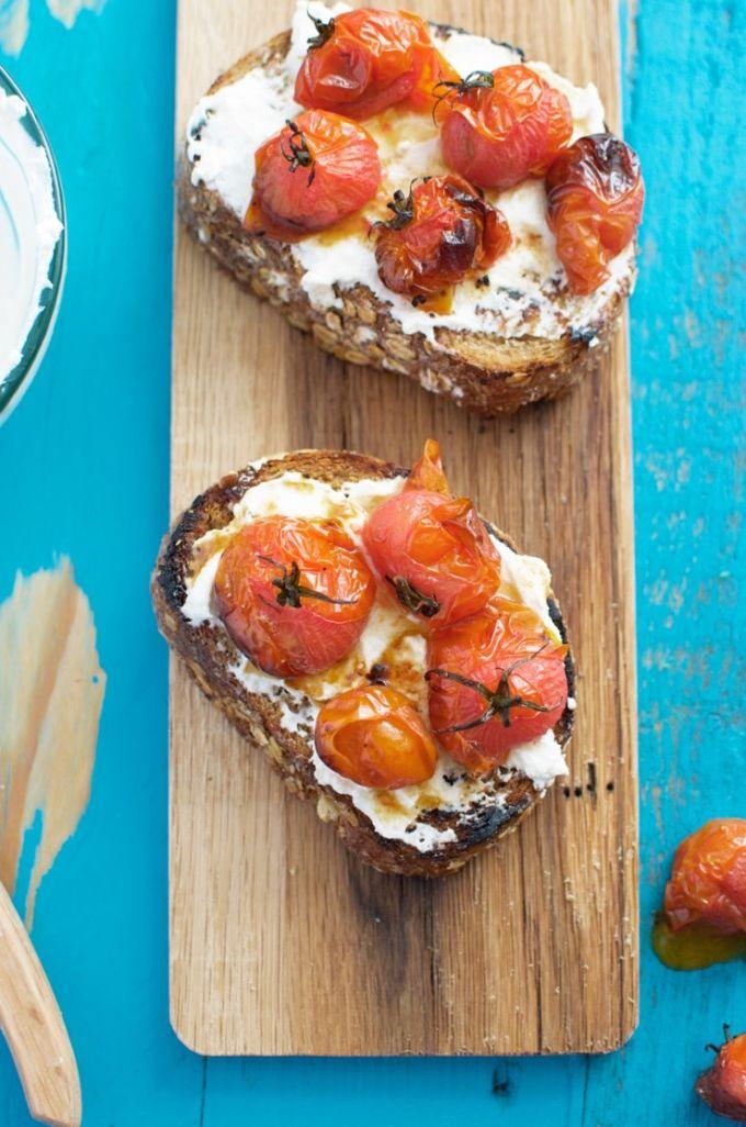Geroosterde-cherrytomaten-en-ricotta-toast-5-740x1117