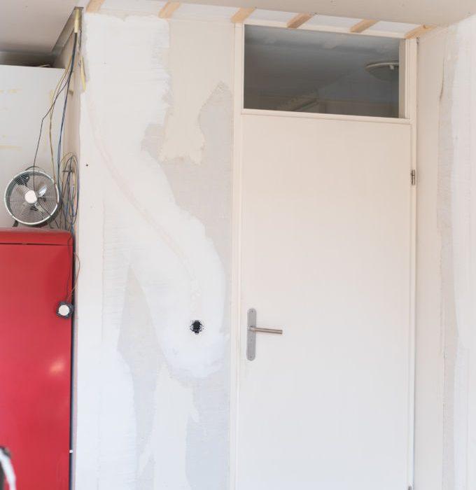 Gestucte muren, een nieuwe deur + de laatste to do's van de woonkamer