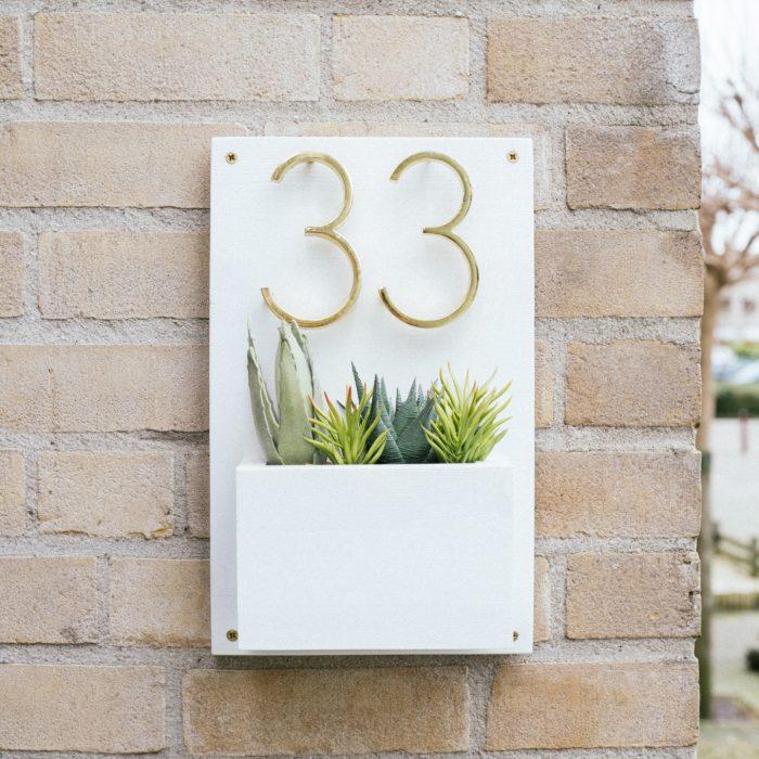 DIY huisnummers met plantenbak